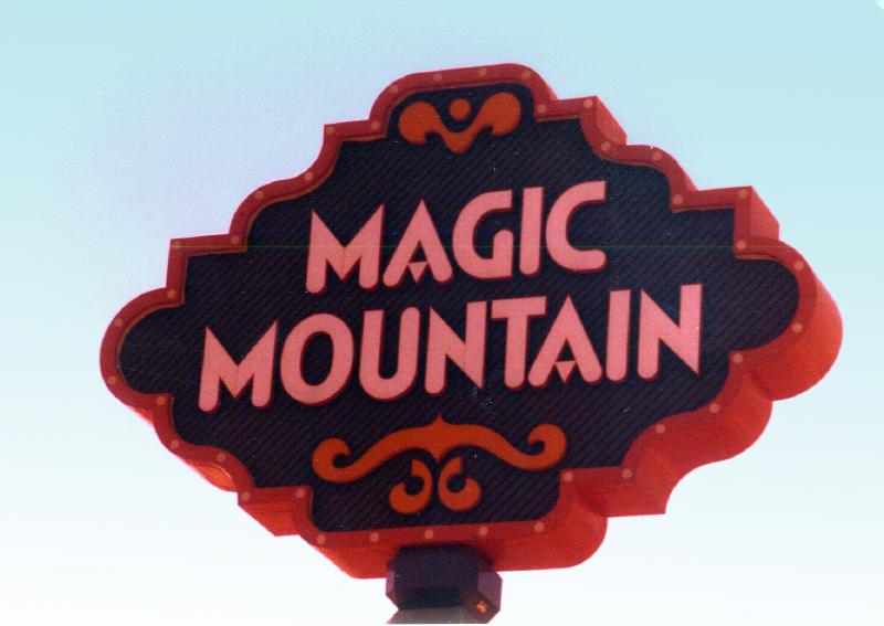 MAGIC MOUNTAIN sign 01 3484098807[K].JPG