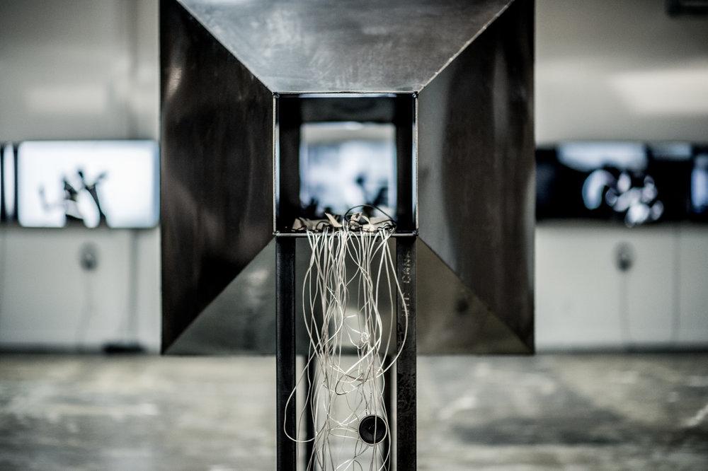 """[y2o_dualités] ARSENAL ART CONTEMPORAIN - MONTRÉAL (CA) November 5 2015 to May 7 2016. Dès les premières esquisses de Dominique Skoltz, y2o était imaginé comme un projet tentaculaire, se déployant aussi sous forme d'installations, de photos et autres objets sculpturaux. Un univers complexe qui révélait les intériorités plurielles d'un couple. Après avoir sillonné une quarantaine de festivals et manifestations en arts médiatiques, Dominique Skoltz propose une adaptation 'in_situ"""", en mode installation au Centre Phi à Montréal puis à L'Arsenal Toronto. C'est en novembre 2015 et suite à l'acquisition de """"y2o huis clos"""" par la collection Majudia que l'Arsenal Montréal présente y2o_dualités, une déclinaison complète, révélant ainsi la pluralité des médiums utilisés par Dominique Skoltz. y2o dualités_ est le parcours de deux individus en eaux troubles, submergés par leurs pulsions physiques et émotionnelles. Ici, les corps construisent un langage où fluidité et collisions ont leurs propres résonnances. Au-delà du lexique visuel singulier de Dominique Skoltz, cette installation exprime une intériorité à fleur de peau où chaque image, geste et objet évoquent une symbolique qui constitue autant de facettes d'un prisme complexe. Au coeur de y2o dualités_ se trouve un désir de communiquer avec l'autre, de résonner en lui, d'émettre et de recevoir pour entrer en l'autre comme pour mieux plonger en soi. Spleen et volupté, asphyxie et exaltation, dévoration et rejet il est ici question de sentir l'intérieur par l'extérieur et l'inverse. Se laisser émouvoir des deux côtés de la peau.  http://www.dominiquetskoltz.com/arsenal-montral/ http://www.arsenalmontreal.com/fr/artistes/dominique-skoltz"""