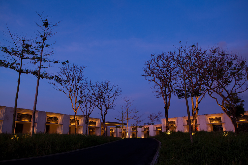 Alila Villas Uluwatu - Exterior - Pathway Lobby.jpg