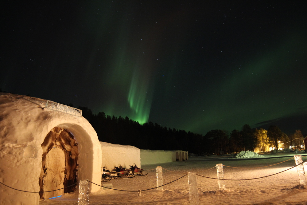 25 Northern lights and the Igloo Hotel.JPG