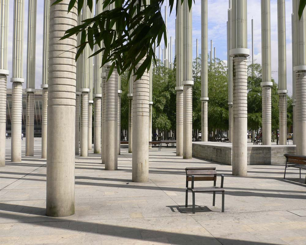 Plaza de Cisneros (known also as Plaza de las Luces or Plaza de la Luz- Light Plaza) with the EPM Library in the background.