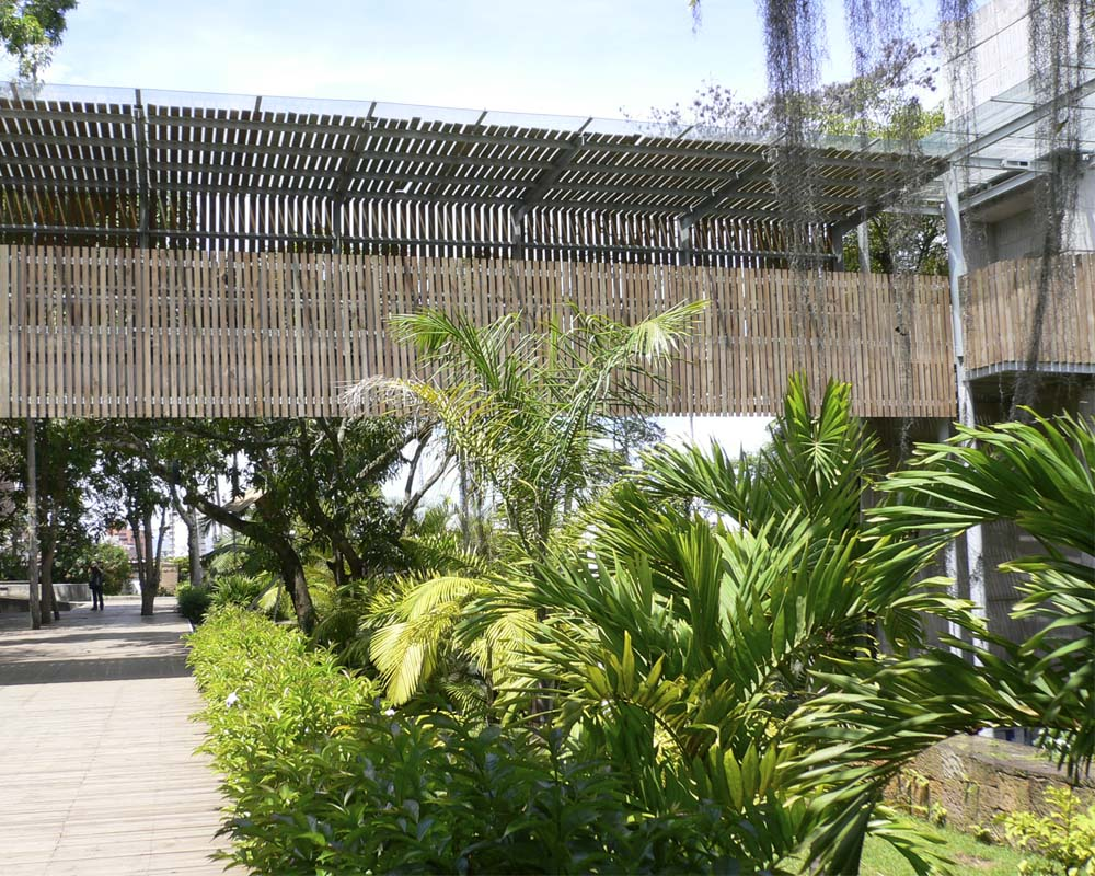 Administrative and treatment functions are co-located with public parkland at the Parque del Agua.