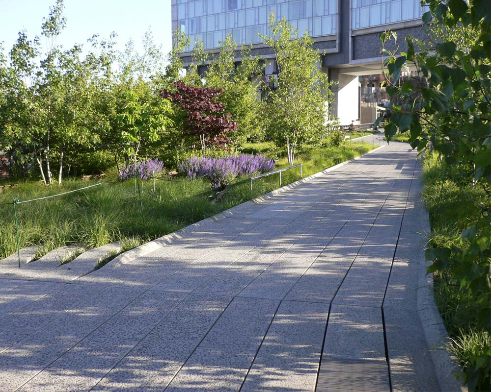 The same section of the High Line in 2010, a year after opening. The Standard had also enjoyed its first year of encouraging guests to wear robes when standing adjacent the full height windows, lest they startle park strollers below.