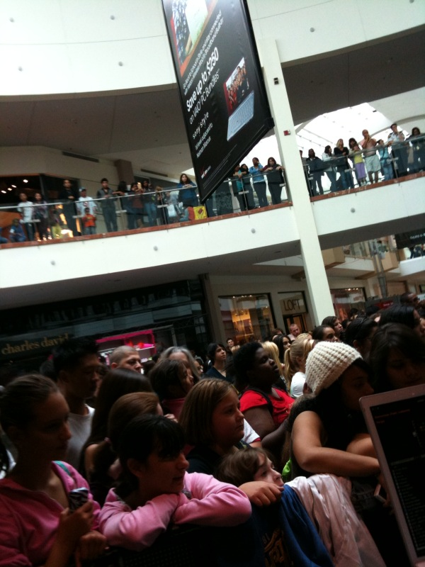 Here's a view of the crowd.. there were ALOT of high pitched voices, my ears are still ringing. And the Garden State Plaza is a big mall.. so the music was echoing every which way.