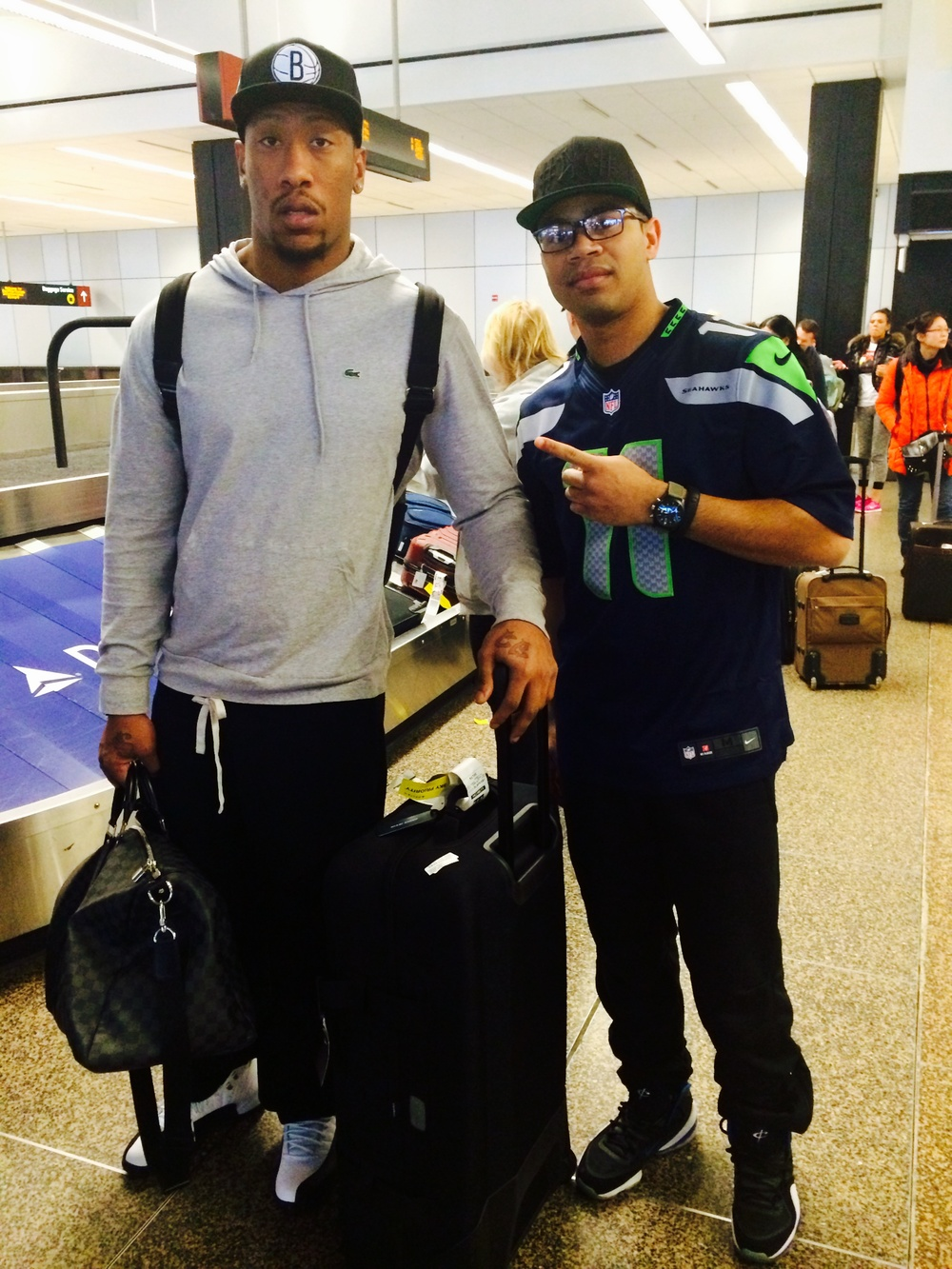 Seattle-Tacoma International Airport (SEA) Took my talents to Seattle today and bumped into Super Bowl Champ Bruce Irvin! @Seahawks @BIrvin_WVU11 #12thMan #Champs #PercyHarvin