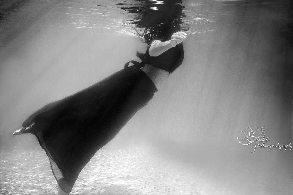 black_and_white_underwater_girl.jpg
