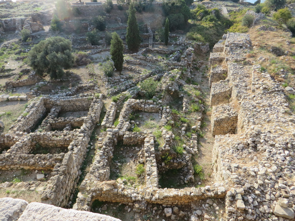 These are the foundations of the Phoenician houses between the castle and the sea. The wall to the right was built by the crusaders.