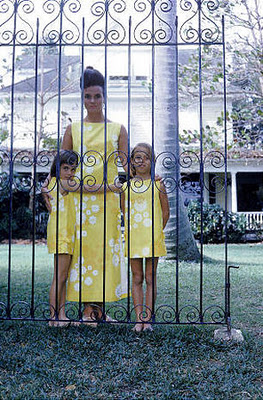 Lilly-Pulitzer-poses-with-her-daughters-Minnie.jpg