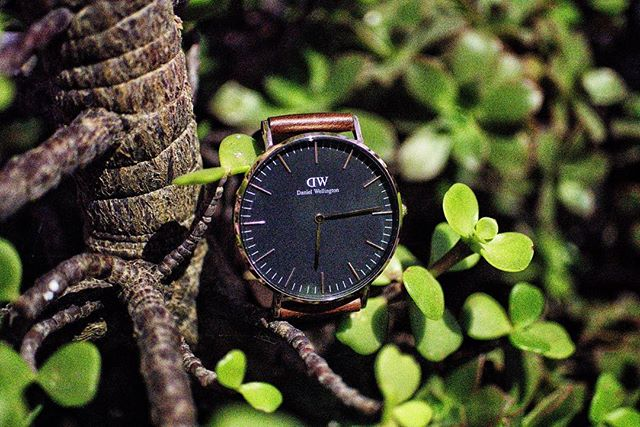"The perfect timepiece to adorn your 🌲 Gift a Daniel Wellington watch ⌚️ (and strap!) and make use of our 15% discount code ""CLOUDED"" until Dec. 31st! ⭐️ Free worldwide shipping only on www.danielwellington.com."