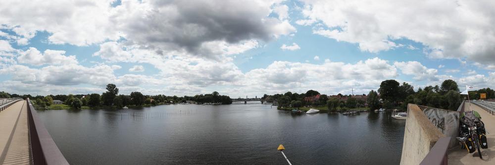 Kurz vor Brandenburg - es gibt jetzt viel Gewässer