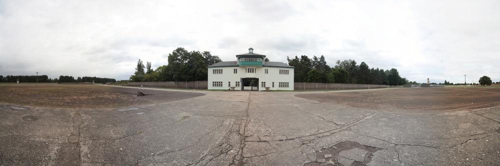 Das Eingangsgebäude des Lager Sachsenhausen von der Lagerseite her gesehen