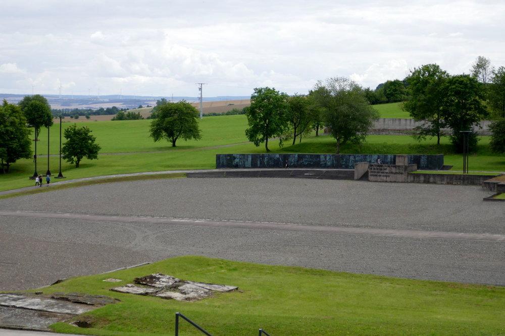 Apellplatz für bis zu 20.000 Häftlige der SS, aber auch für Gelöbnisse der DDR
