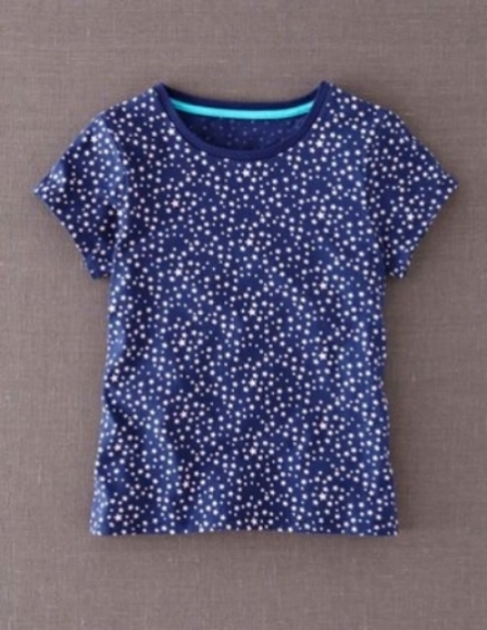 This Boden all over star graphic t-shirt will have your little one dreaming of axel jumps, spins, and toe picks. It is a relaxed allover Star Printed T-Shirt with a gentle A-line girly shape.