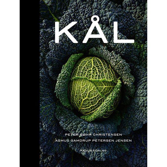 Den fik ⭐️⭐️⭐️⭐️⭐️ af @soren.frank da den udkom og den er udstillet på @designmuseumdanmark - med andre ord er KÅL-bogen stadig et rigtig godt bud på den perfekte julegave til madnørden! Find den hos din boghandler - eller kig måske forbi julemarkedet hos @oestergro d. 9. og 10. december, hvor vi også sælger den 💥 🎅🏽#kostkbh #kålkålkål #kålbogen #åretsjulegave coverfoto: 📸 @simonbirk_