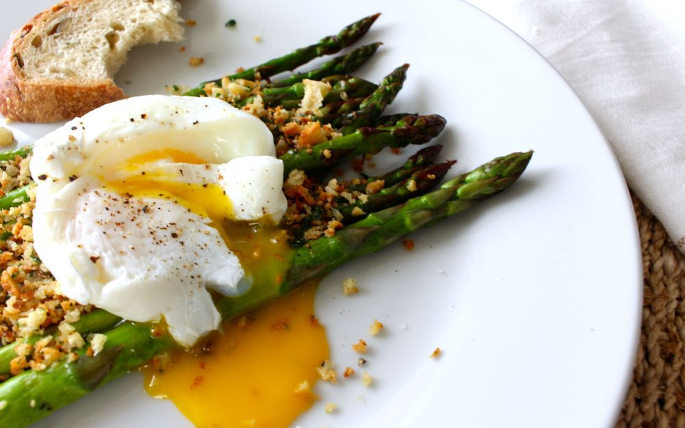asparagus-poached-egg-breadcrumbs