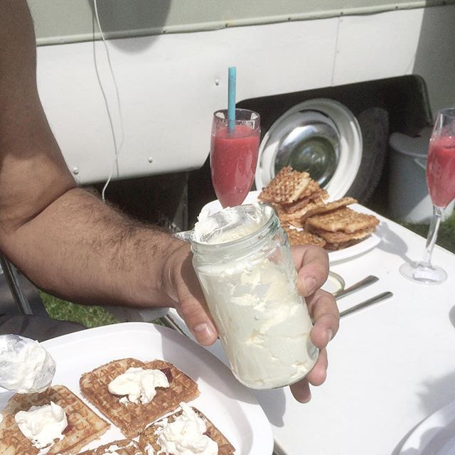 Yay 4 whipped cream day! Best served with Swedish waffles while glamping of course. 😋☀️ And yes, that sure is #retrorollDolly in the background! #summer #glamping #våfflor #waffles #whippedcream #grädde #nomnom #picknick #vintagecaravan #swedishwaffles #masonjar