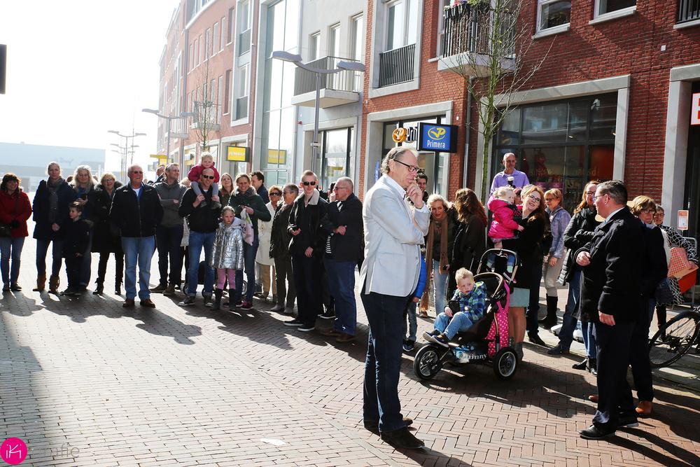 een grote groep mensen hebben zich voor de opening verzameld.