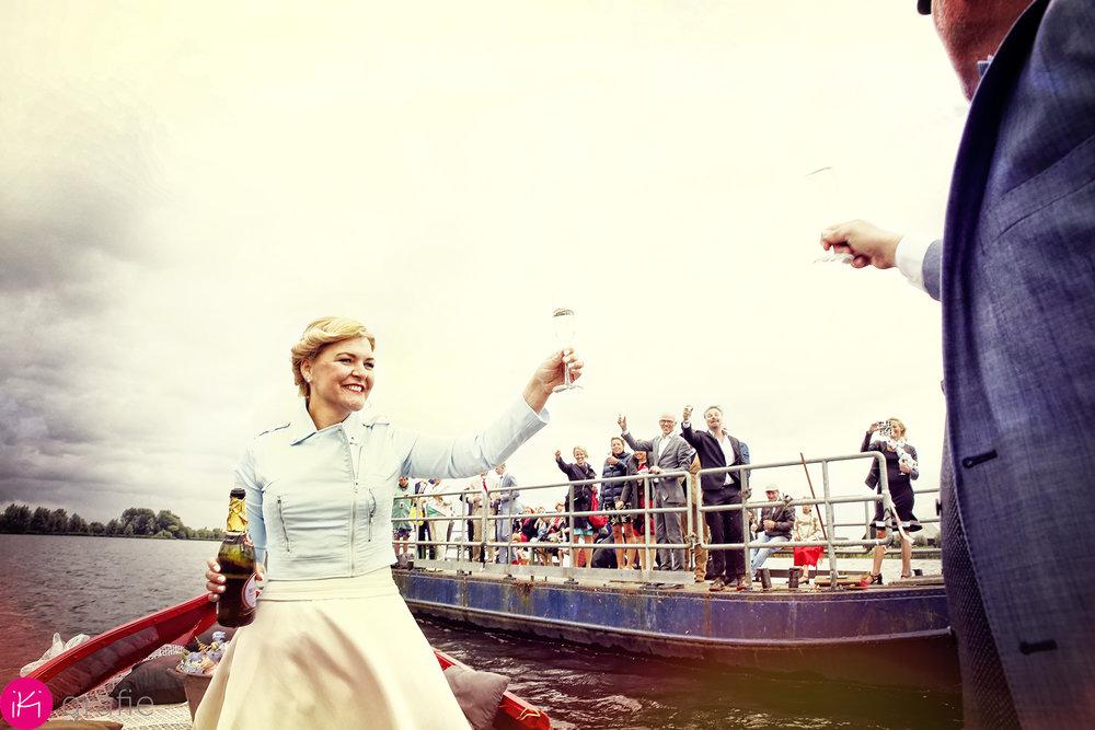 """Midden op öpen zee""""champagne schenken en proosten!"""