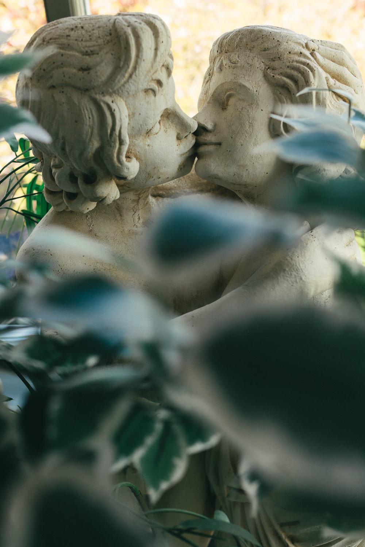 Close up of kissing statues at wedding