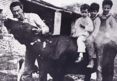 Juan Nepomuceno, padre de Juan Rulfo, con sus hijos Juan y Severiano y un niño no identificado. Fotografía tomada de Noticias sobre Juan Rulfo.