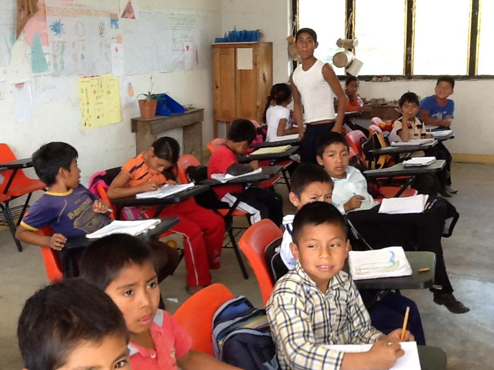 En Las Margaritas, Chiapas. Un aula/escuela para todas las edades.