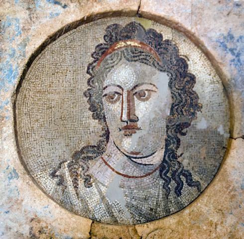 Mnemosine. Tercer cuarto del siglo II d.C. Mosaico hallado en 1996, Villa Els Munts (Altafulla, Barcelona). Museu Nacional Arqueològic de Tarragona.