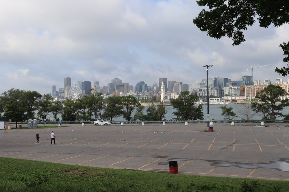 La vue sur la ville est peu mise en valeur, cette partie des îles étant principalement occupée par des stationnements.