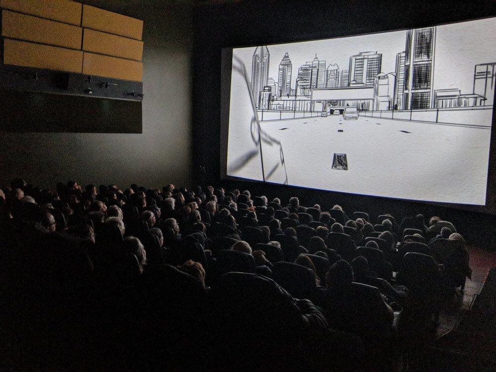 Salle comble lors d'une projection du documentaire Main basse sur la ville.