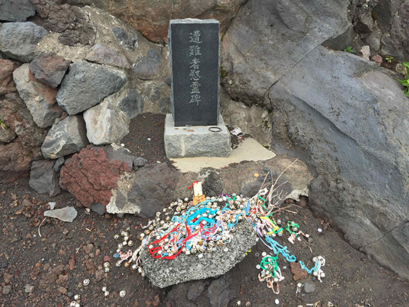 Hikers leave offerings of remembrance (©Deborah Clague)