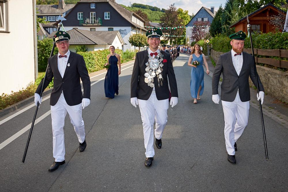 Der Schützenkönig in Stockum 2018/2019 Marius Ross im Festzug mit seinen Königsführern.