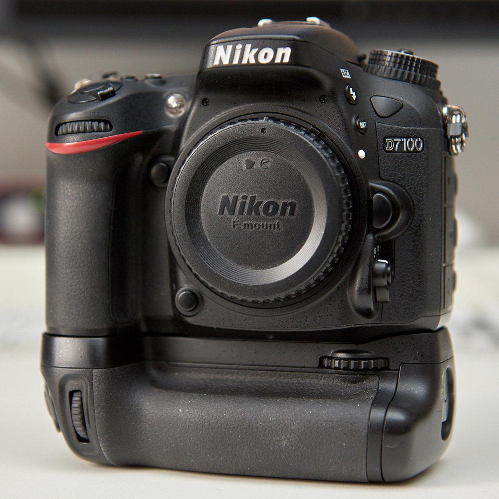 Digitale Spiegelreflexkamera Nikon D7100 mit Batterie- oder Hochformatgriff