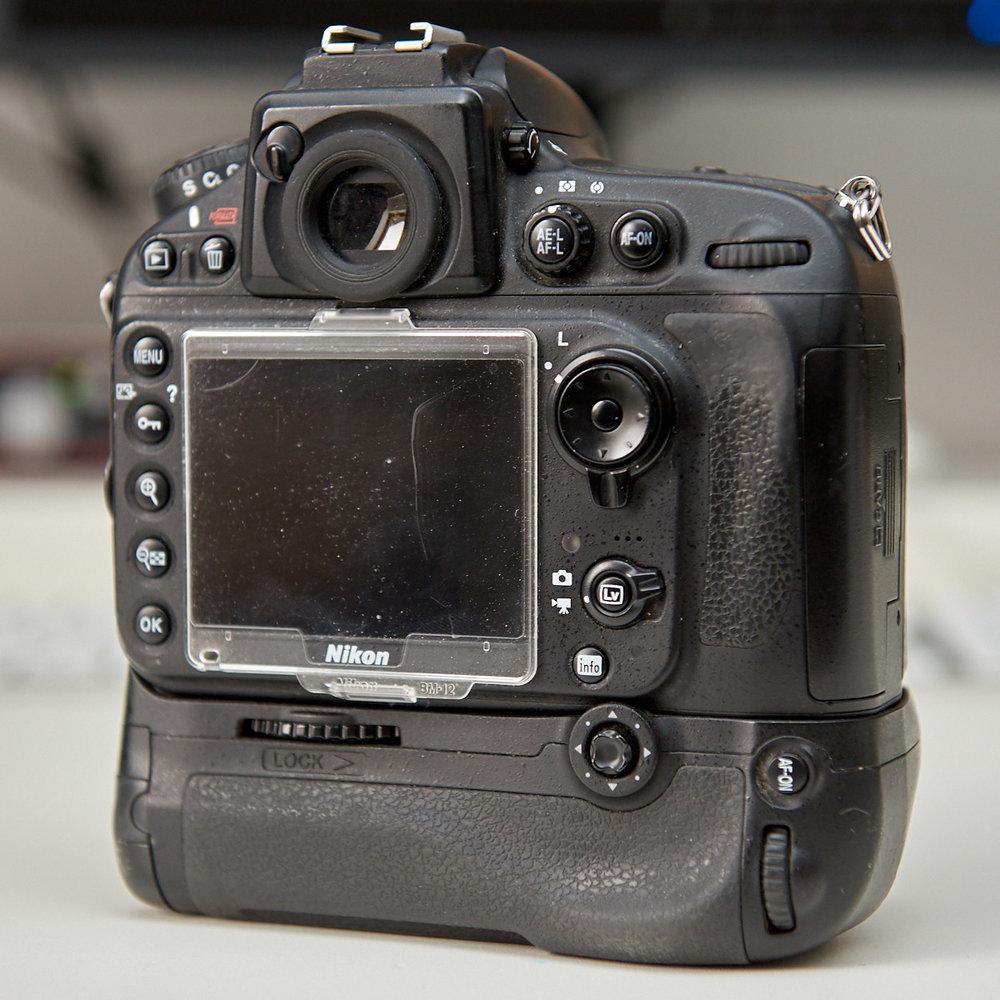 Rückseite einer Nikon D800 mit Hochformatgriff. Gut zu sehen sind die ganzen Taster und Drehrädchen für die ganzen Kamerafunktionen.