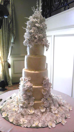 Wedding cake by Edible Art Bakery & Dessert Cafe