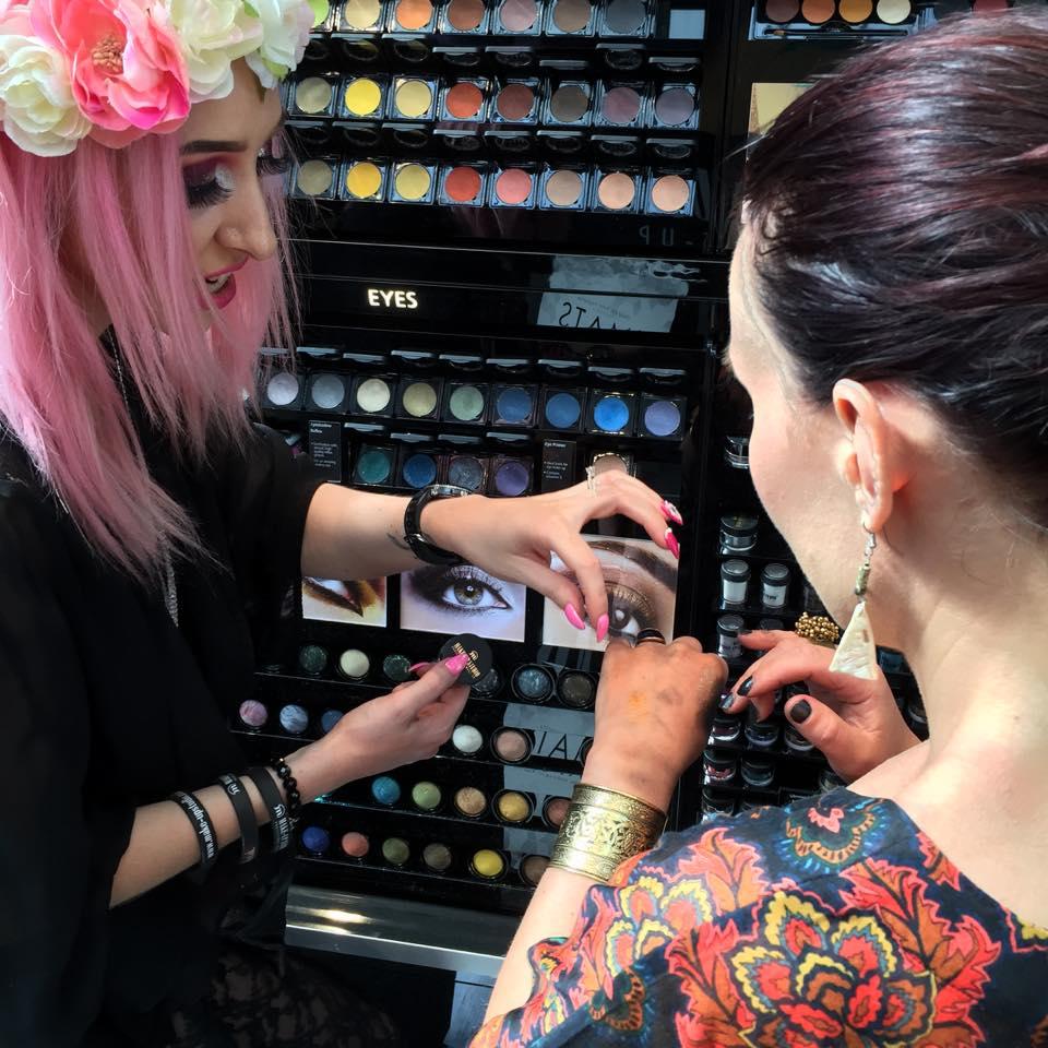 Så suverän och färgstark personal i montern för Make-up Studio Professional Makeup!