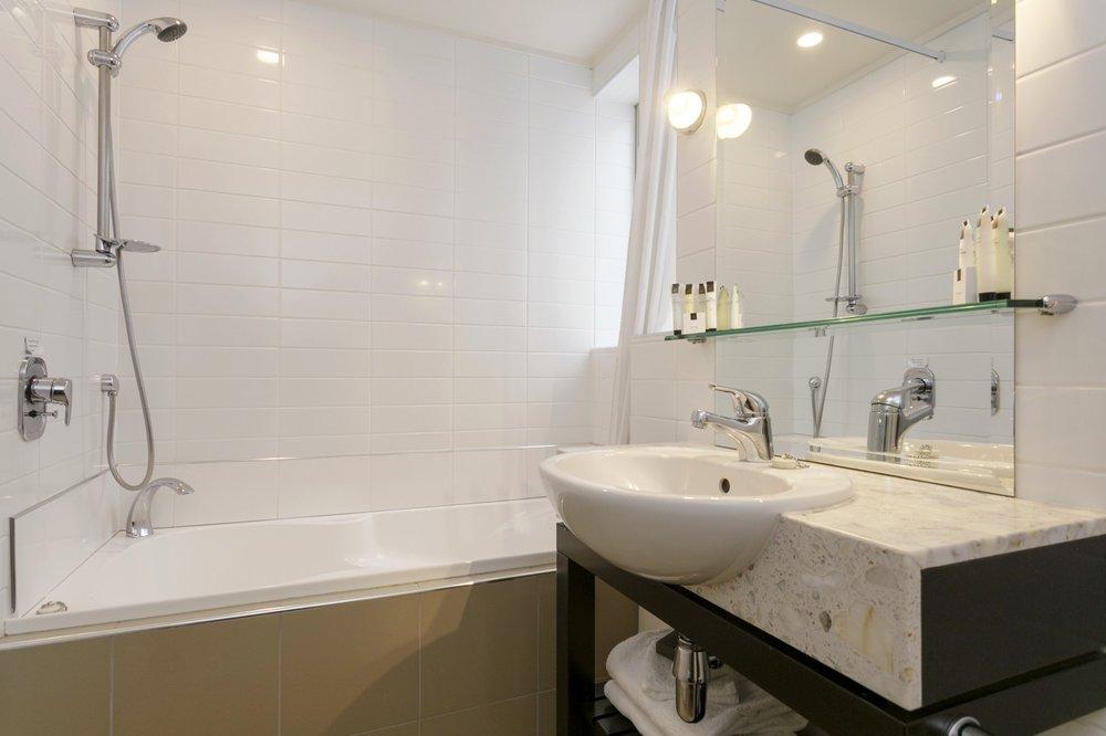 One bedroom poolside bathroom with spa bath 2-min.jpg