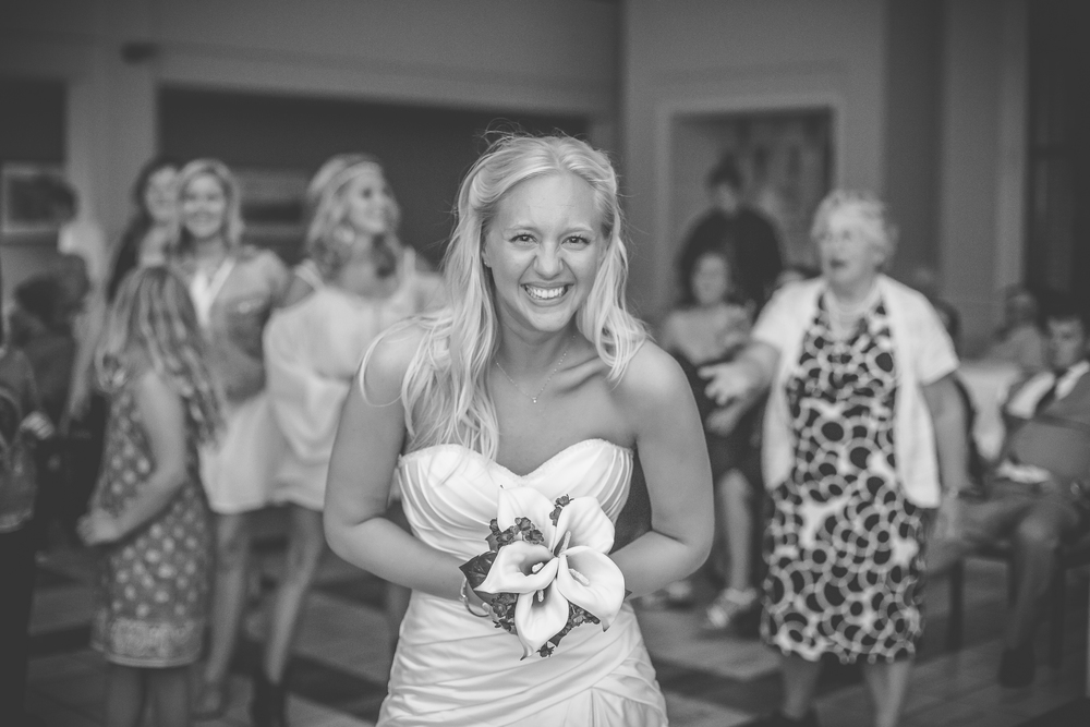 RockStarWeddings-Fargo-North-Dakota-Photographer-bouquet-toss