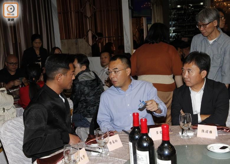 古仔(左)同嘉映影業董事長覃宏聊天不停。
