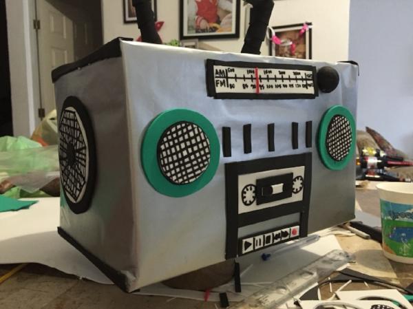 Foto de Pinterest: Grabadora de cassette hecha de cartón.
