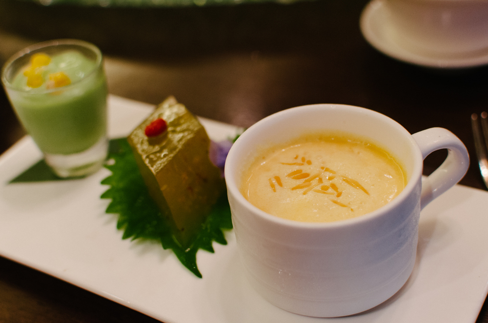 沁人风情的  (冰花甜品拼) Chef's Signature Dessert – Mango Sago, Osmanthus Jelly with Wolfberries and Avocado Cream
