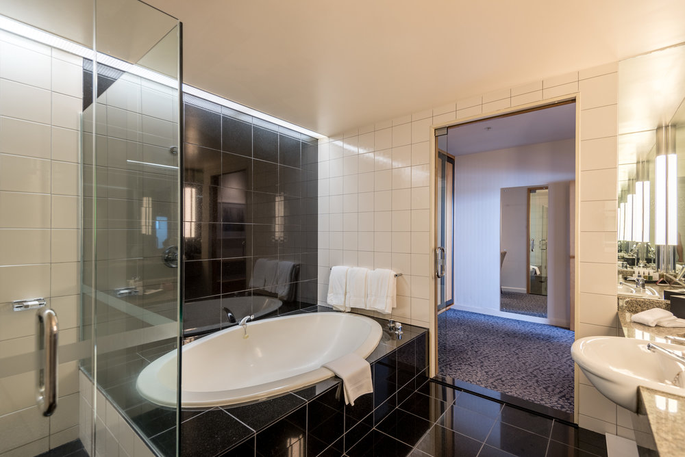 Bathroom (Upper Level) Executive Suite - Crowne Plaza Auckland