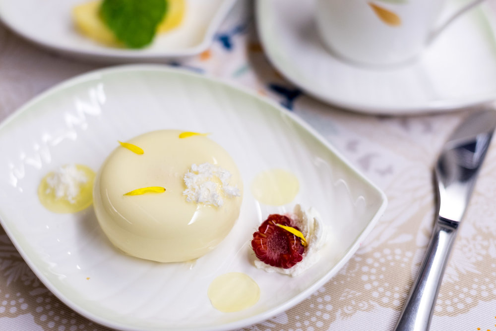 White Chocolate and Yuzu   Crémeux Cake - Lunch Service  EVA Air Royal Laurel 777-300ER - SIN to TPE (BR226)