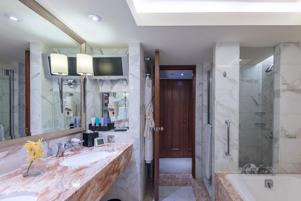 Bathroom  Executive Harbour View Room - Conrad Hong Kong