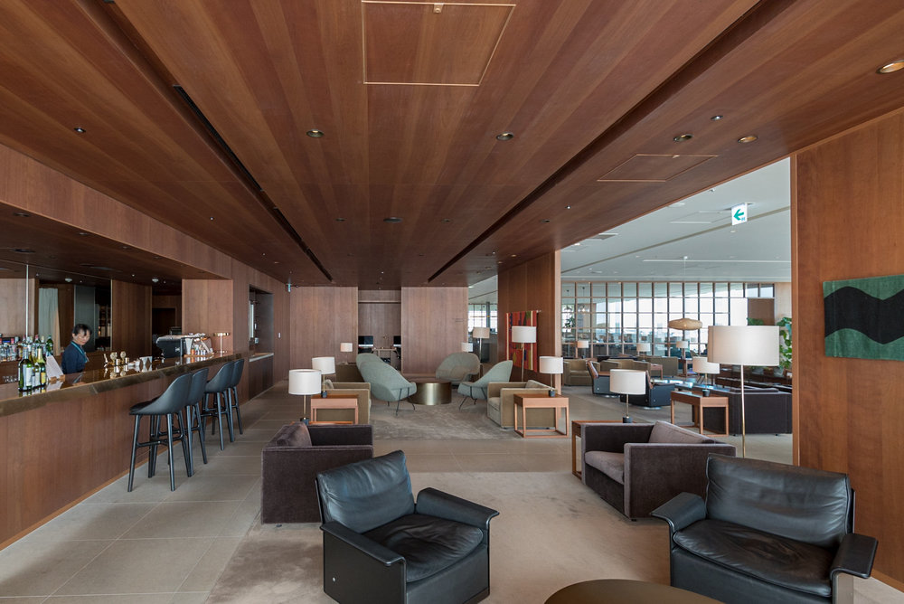 The Bar  Cathay Pacific Lounge - Haneda Airport (HND)