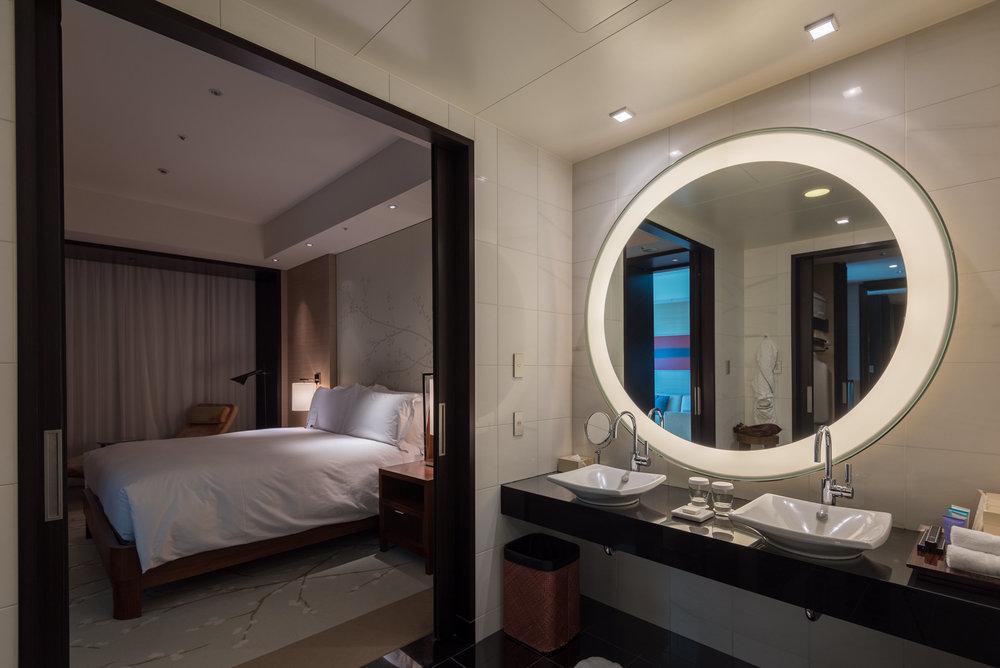 Bathroom and Bedroom  King Executive Suite Bay View - Conrad Tokyo
