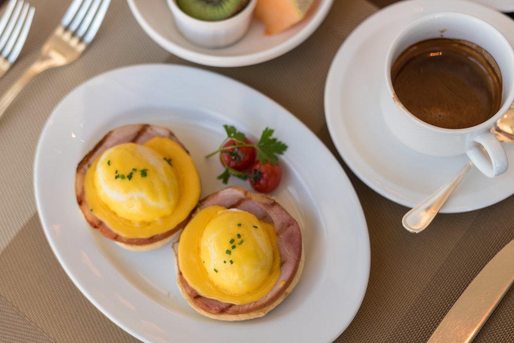 Eggs Benedict - Breakfast  Cerise - Conrad Tokyo