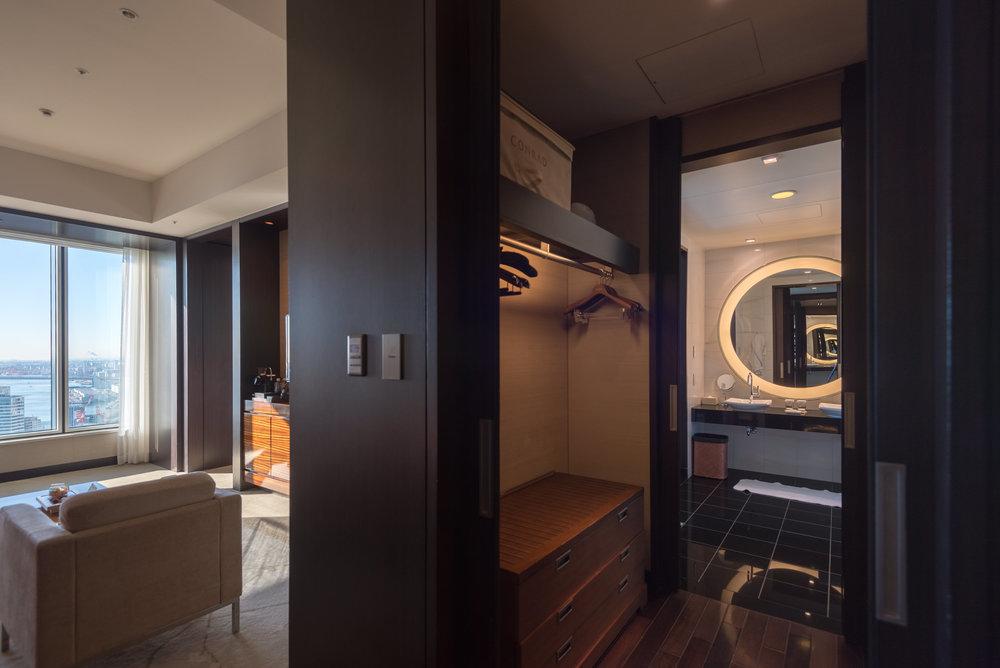 Walk-in Wardrobe  King Executive Suite Bay View - Conrad Tokyo