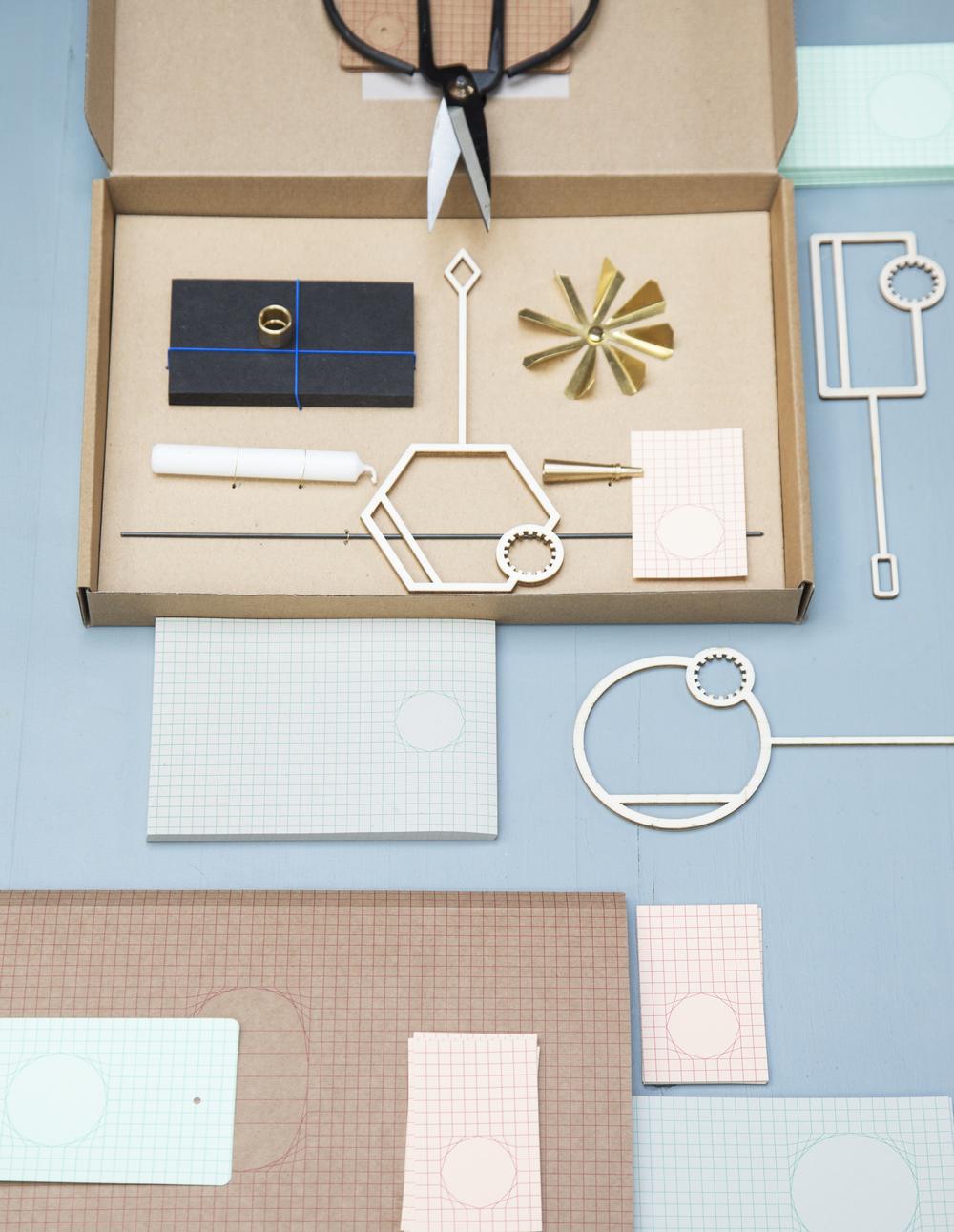 Doos met kandelaar van de  Intuïtiefabriek , Houten bellenblaas van  Little Black Book  ,  Papier van  Ontwerpduo,  Schaar van  Bijzondermooi