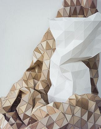 Wooden textile van Elisa Strozyk bij Dutch Design Year Papieren vaas van Pepe Heykoop bij Studio de Winkel