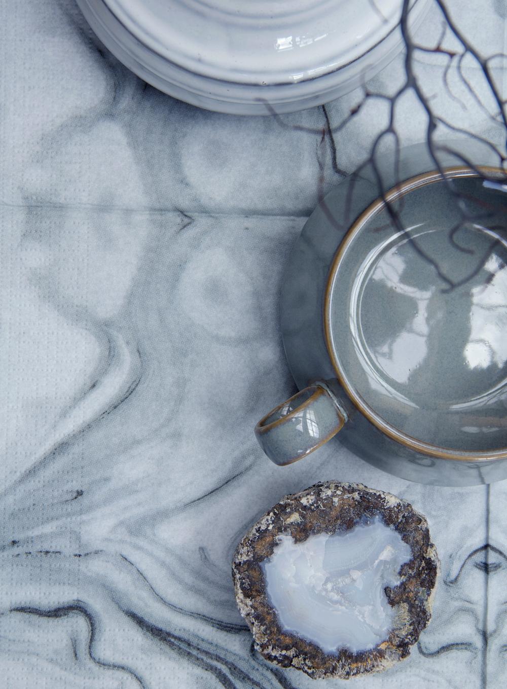Servet marmerprint van Broste, Kommetje van Ferm Living, Steen van Geomine