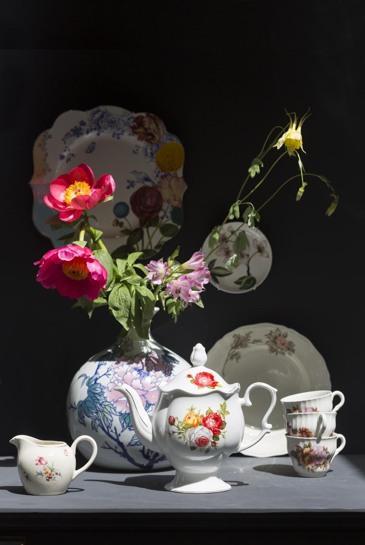 Melkkannetje ( eigen), Vaas met bloem (&Klevering), Theepot ( & Klevering), Bord aan de muur ( Pip), Klein schoteltje ( Zara Home), Antiek bord (Eigen), Kopjes ( Eigen)
